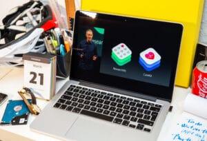 Jeff Williams apresentando keynote da Apple em tela de MacBook Pro