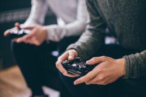 Pessoas jogando Xbox