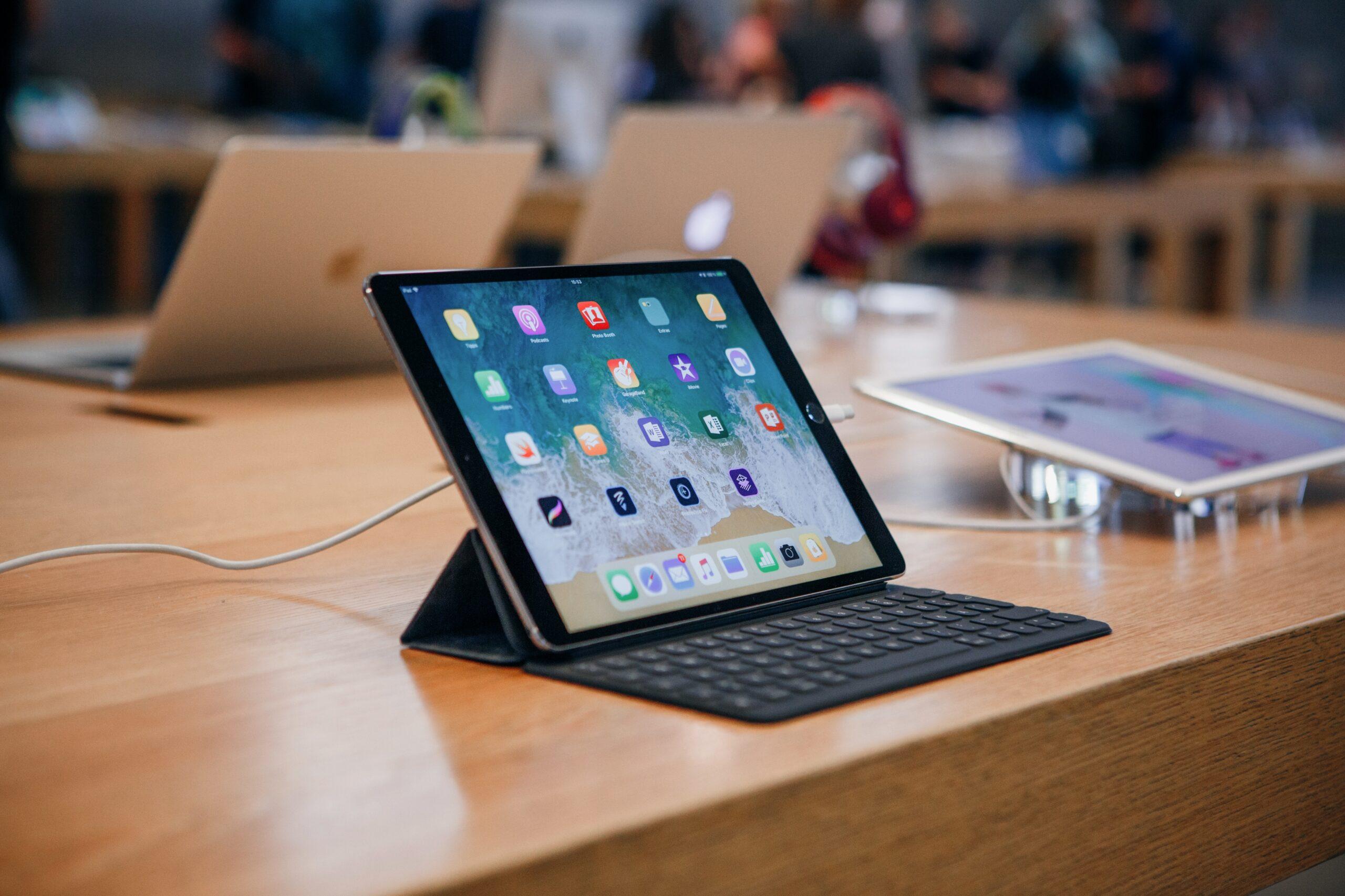 iPad em mesa de Apple Store