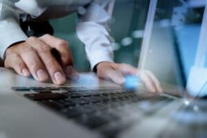 Mão de homem mexendo em MacBook Pro