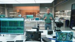 Tim Millet em laboratório de Macs da Apple