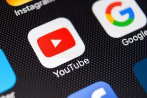 Ícone do app YouTube em iPhone (close-up)