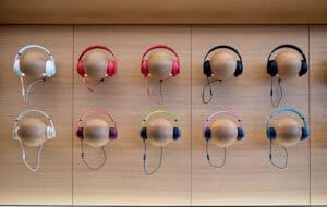 Fones de ouvido numa Apple Store