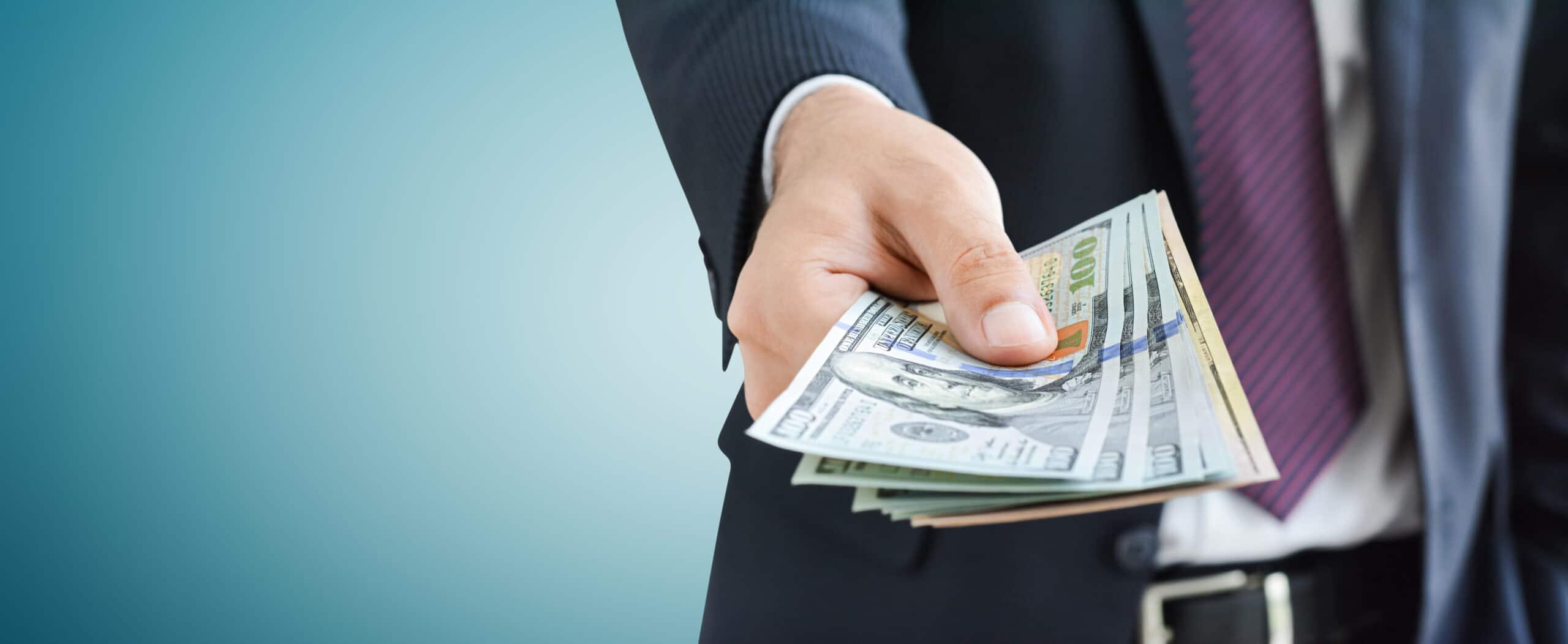 Executivo com dinheiro na mão