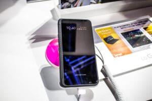 Smartphone LG G8X ThinQ em exposição