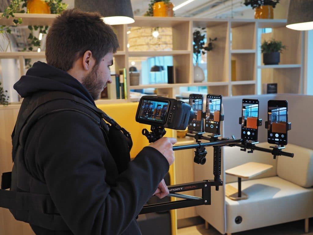 Engenheiro do DXOMARK avaliando telas de smartphones