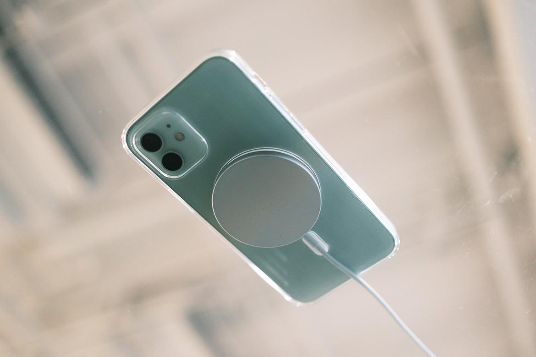 Carregador MagSafe no iPhone