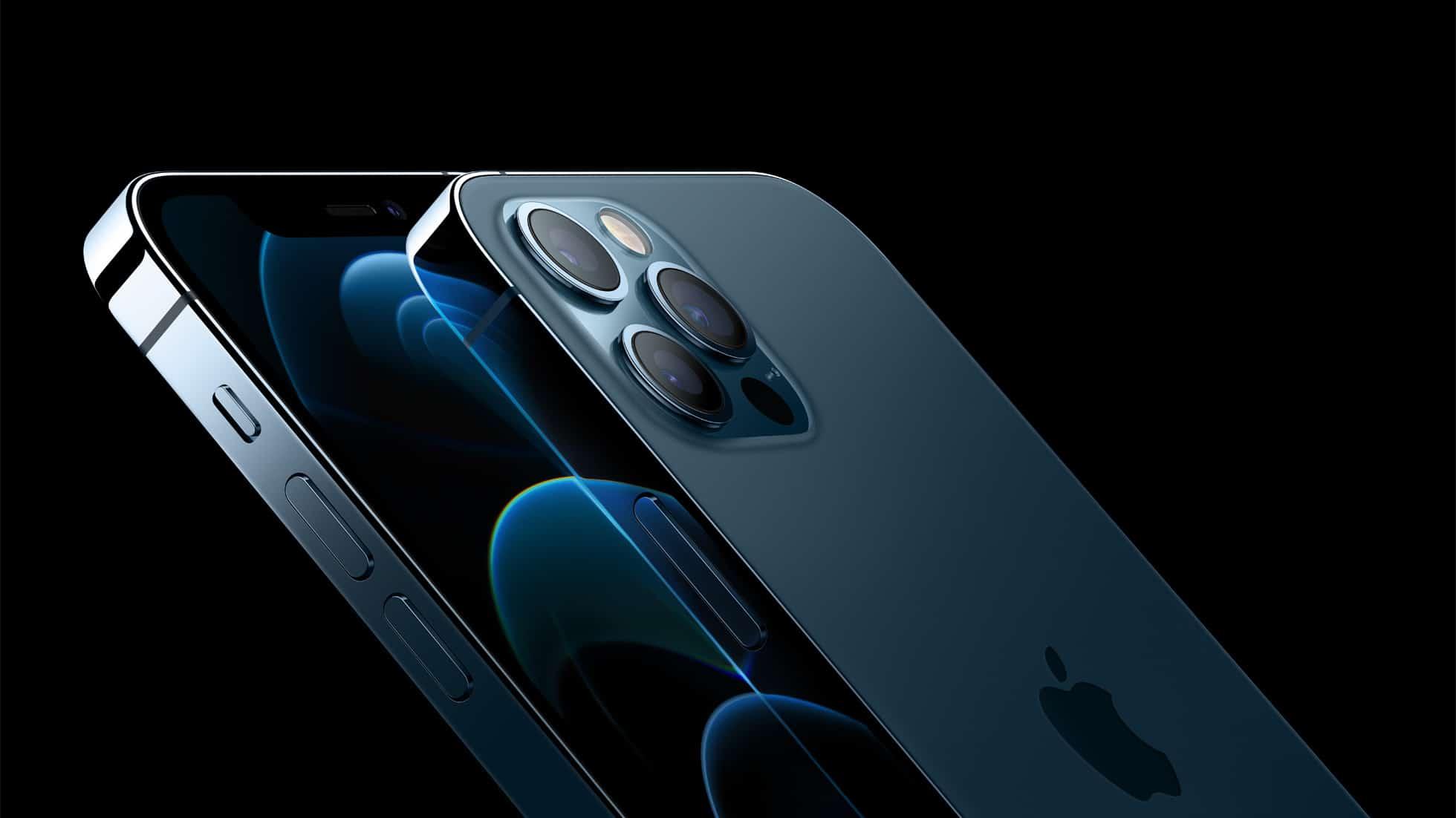 iPhone 12 Pro na cor azul pacífico, na diagonal