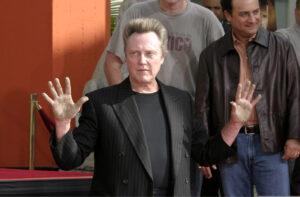 Christopher Walken com as mãos levantadas em algum evento