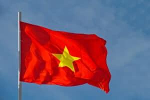 Bandeira do Vietnã com o céu ao fundo
