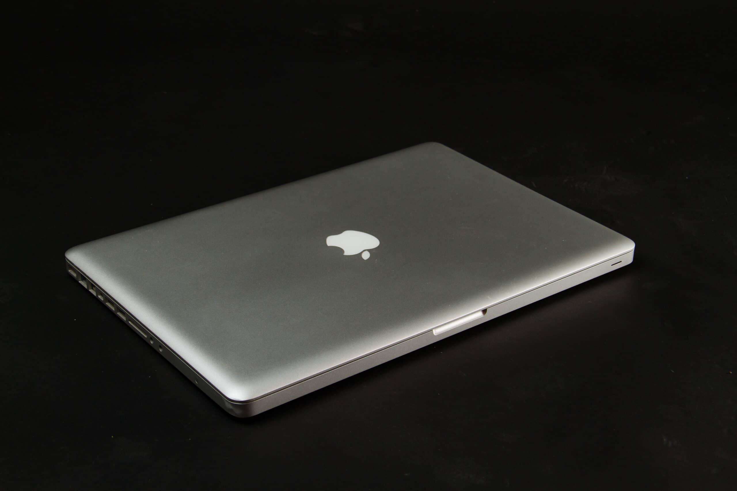MacBook Pro de 2013 com a tampa fechada sobre fundo preto