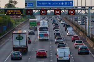 Trânsito em avenida/auto-estrada do Reino Unido