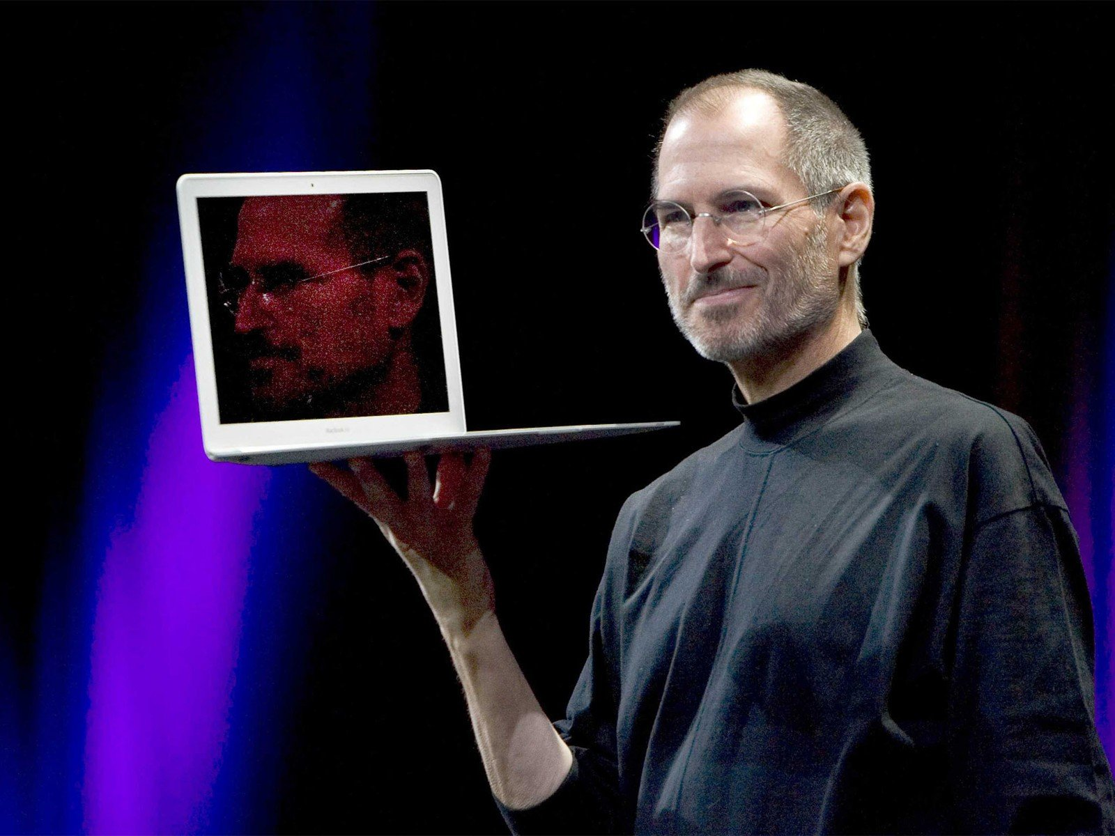 Steve Jobs com o primeiro MacBook Air