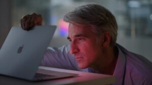 Craig Federighi abrindo o MacBook Air com M1
