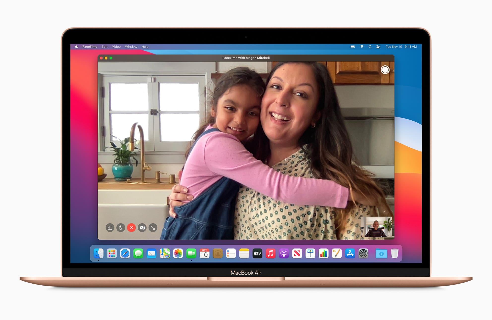Tela do FaceTime num MacBook Air dourado