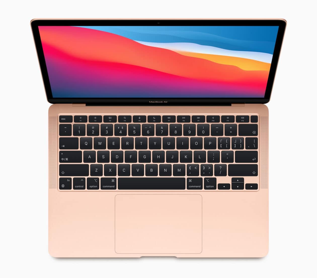 Novo MacBook Air com chip Apple M1 na cor dourada visto de cima