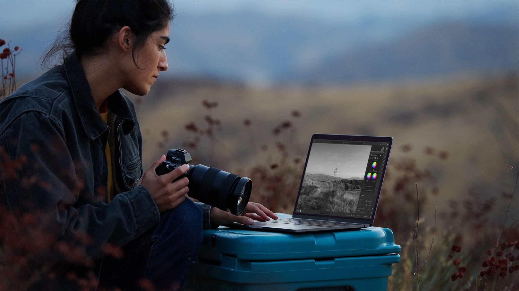Fotógrafa com o novo MacBook Pro de 13 polegadas com chip Apple M1