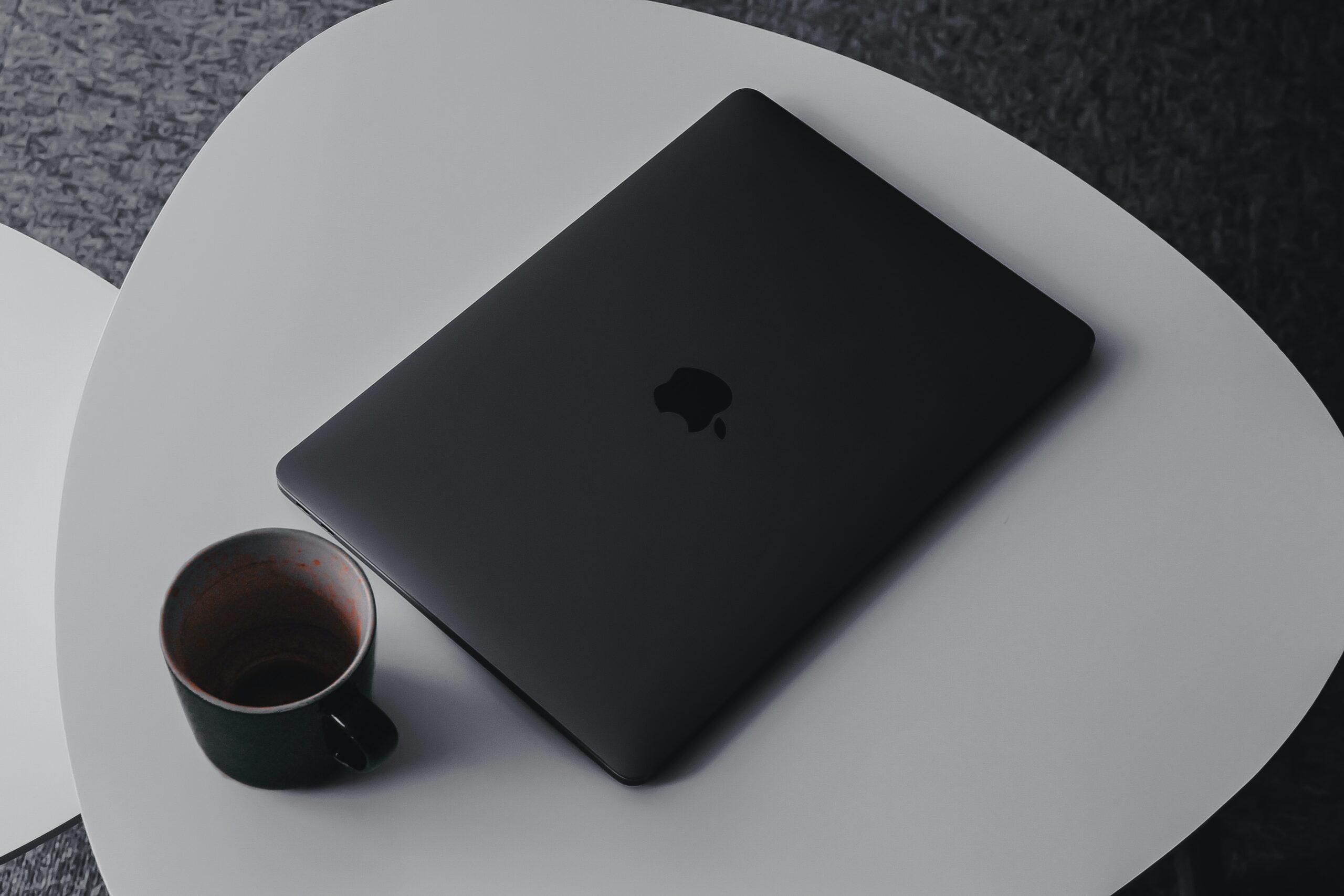 MacBook Pro com acabamento preto fosco