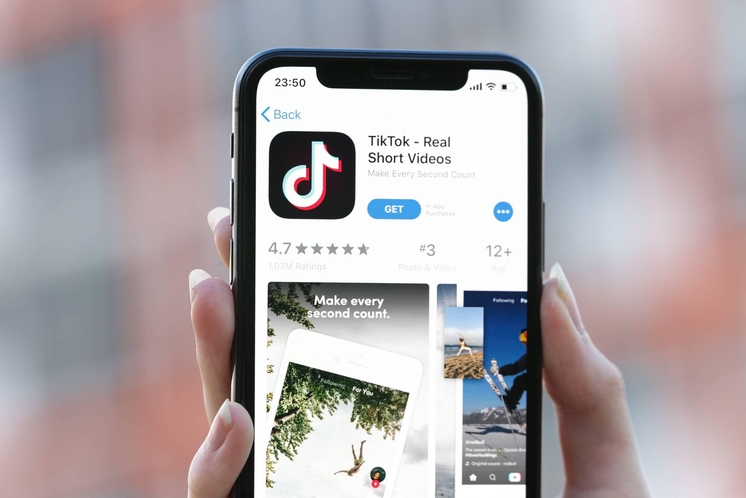 iPhone X com TikTok na App Store