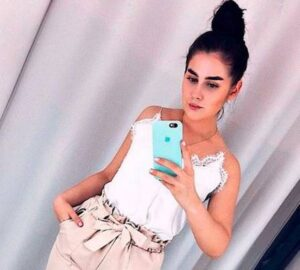 Olesya Semenov, russa que morreu eletrocutada ao deixar seu iPhone 8 cair na banheira