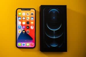 iPhone 12 Pro Max de cima, ao lado da sua caixa