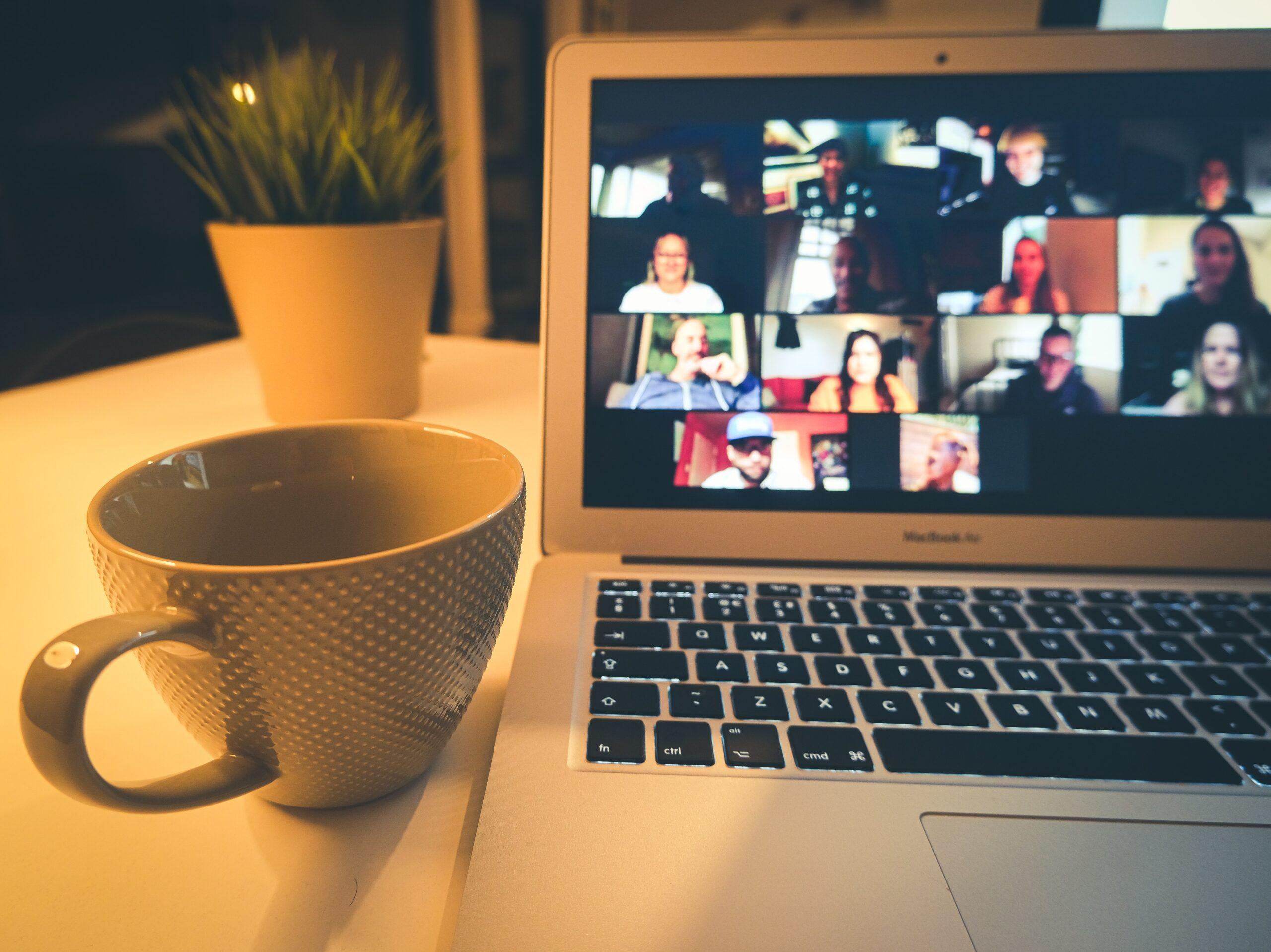 Videochamada do Zoom em um MacBook Air