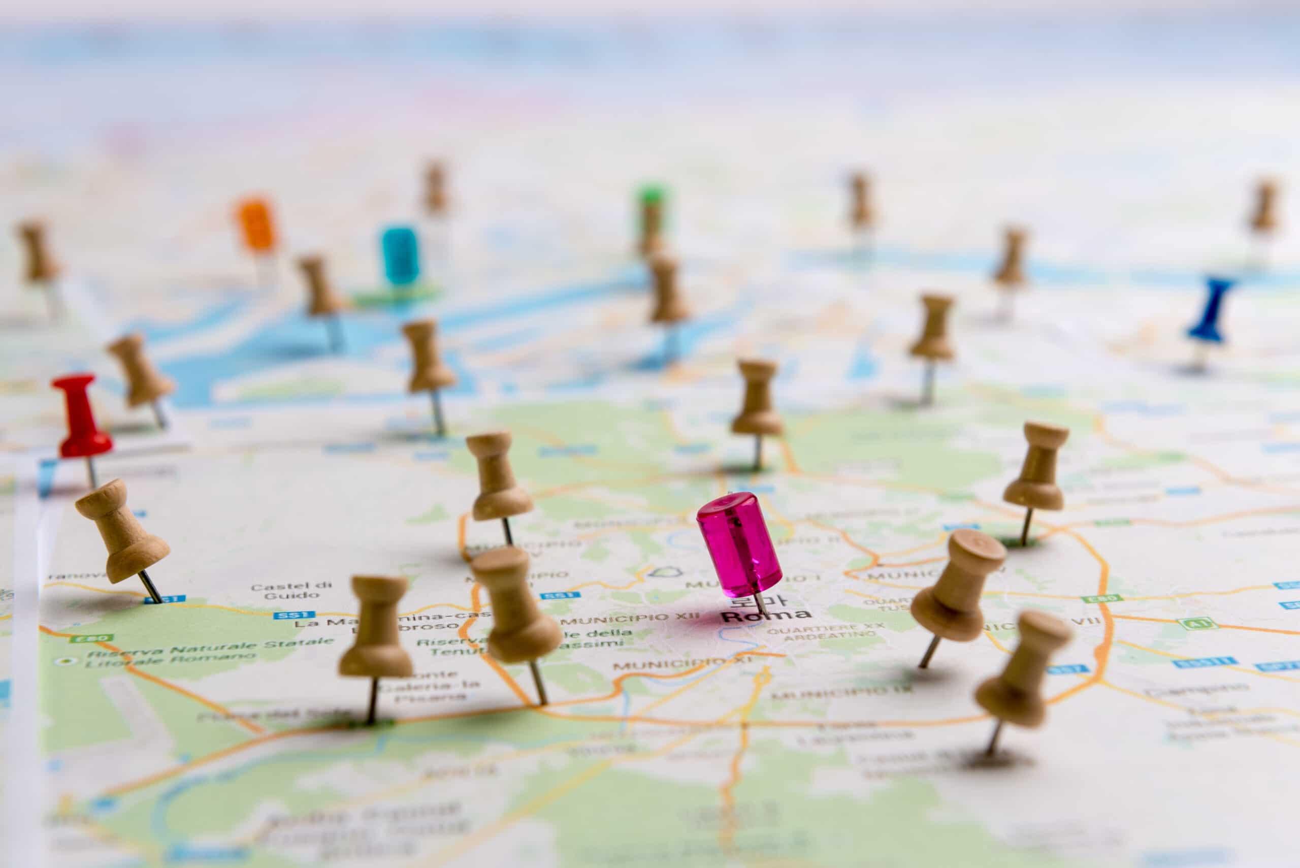 Pinos marcando lugares em um mapa