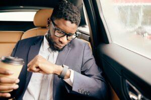 Homem olhando para o Apple Watch