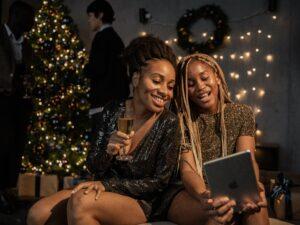Duas mulheres fazendo uma videochamada