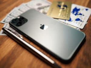 iPhone, caneta e cartões