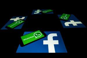 WhatsApp e Facebook abertos em dispositivos