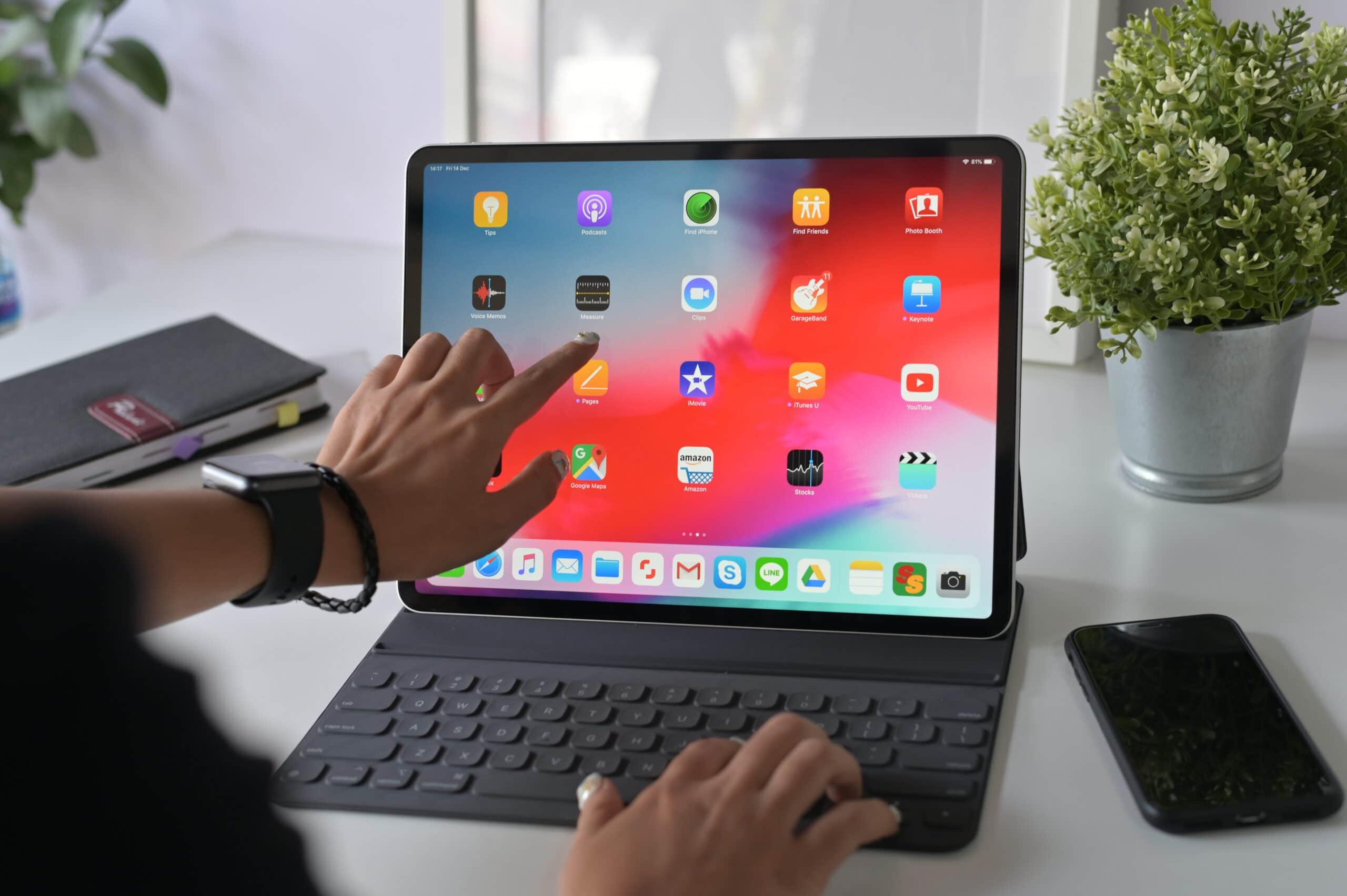Pessoa interagindo com iPad Pro de 12,9 polegadas