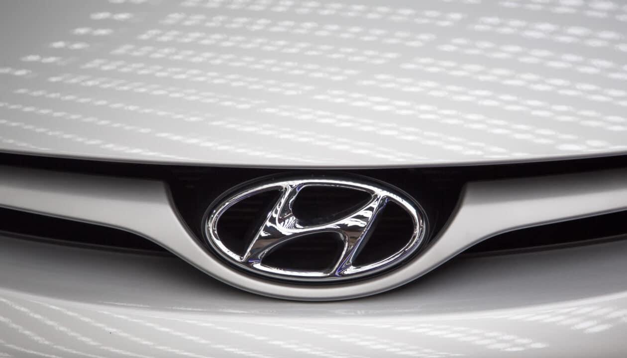 Detalhe de logo da Hyundai em veículo/carro