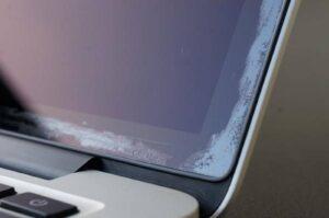 MacBook Pro com a tela manchada
