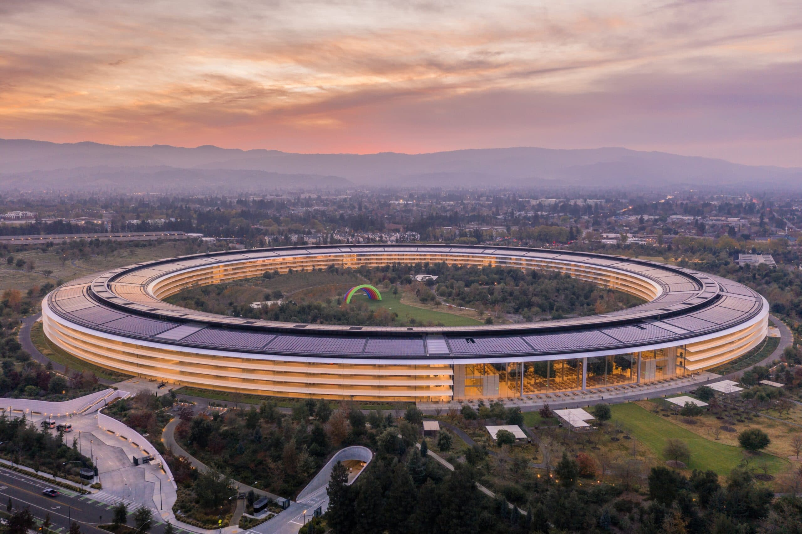 Apple Park visto do alto ao pôr do sol