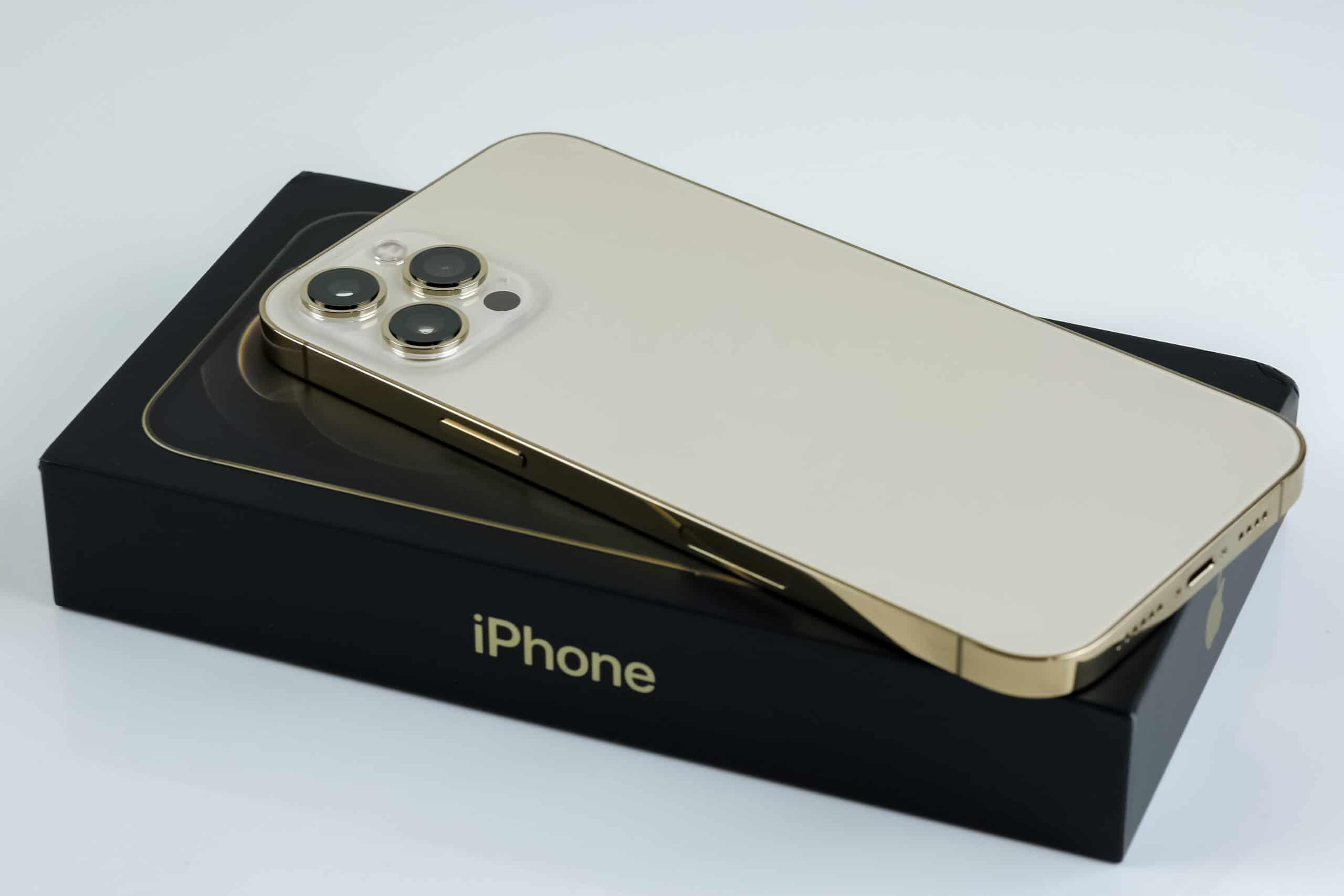 iPhone 12 Pro Max dourado