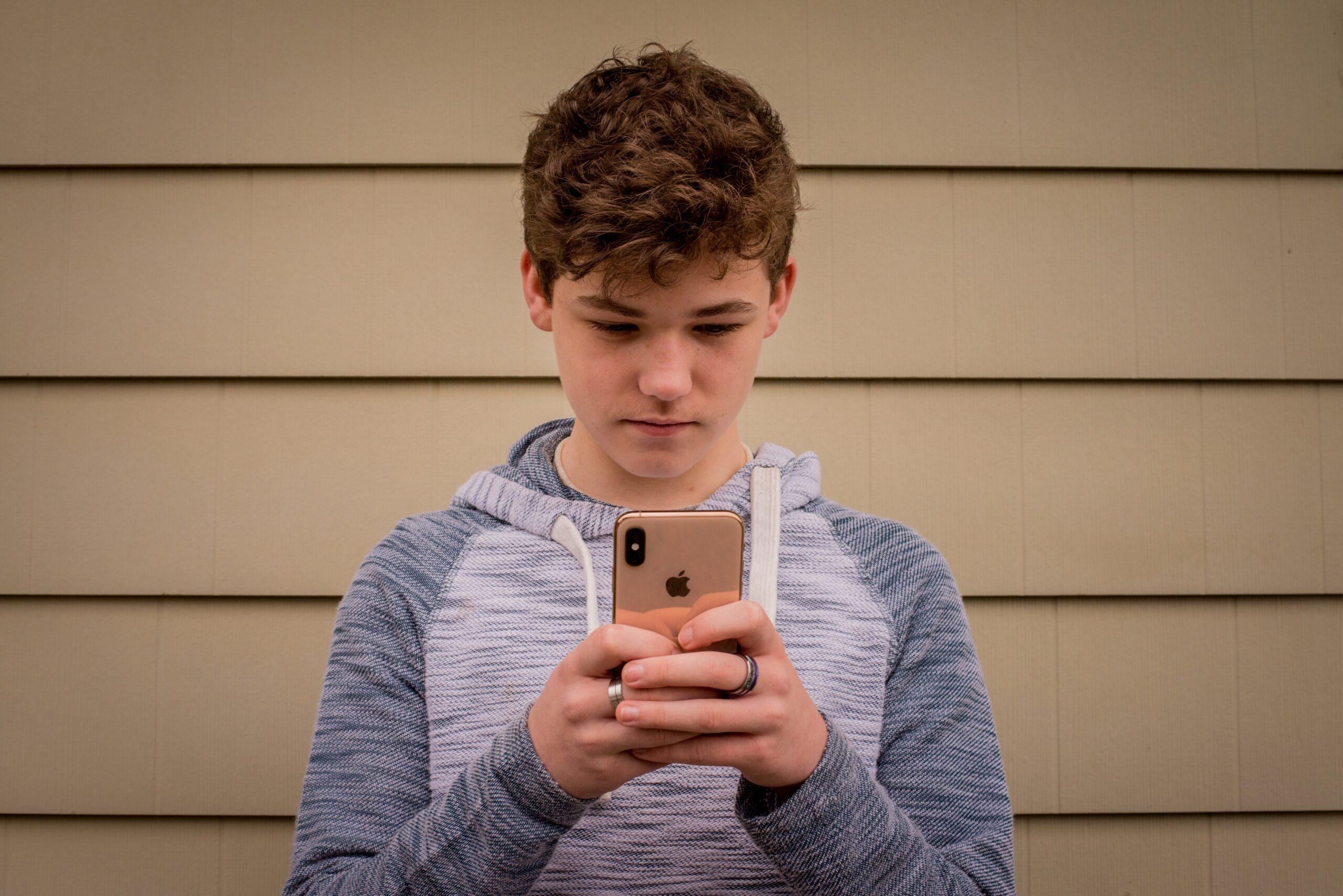 Adolescente usando iPhone
