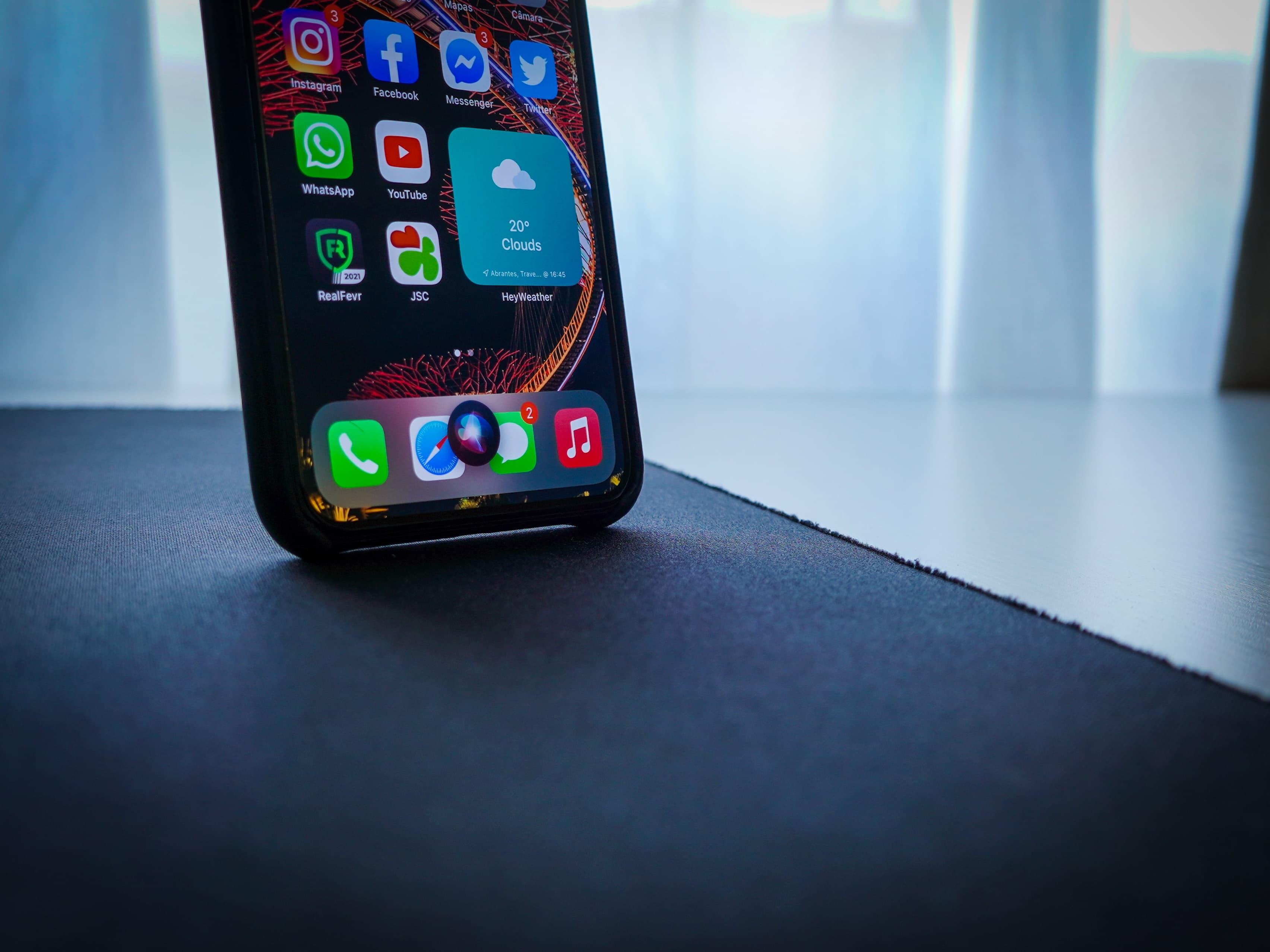 iPhone com a Siri