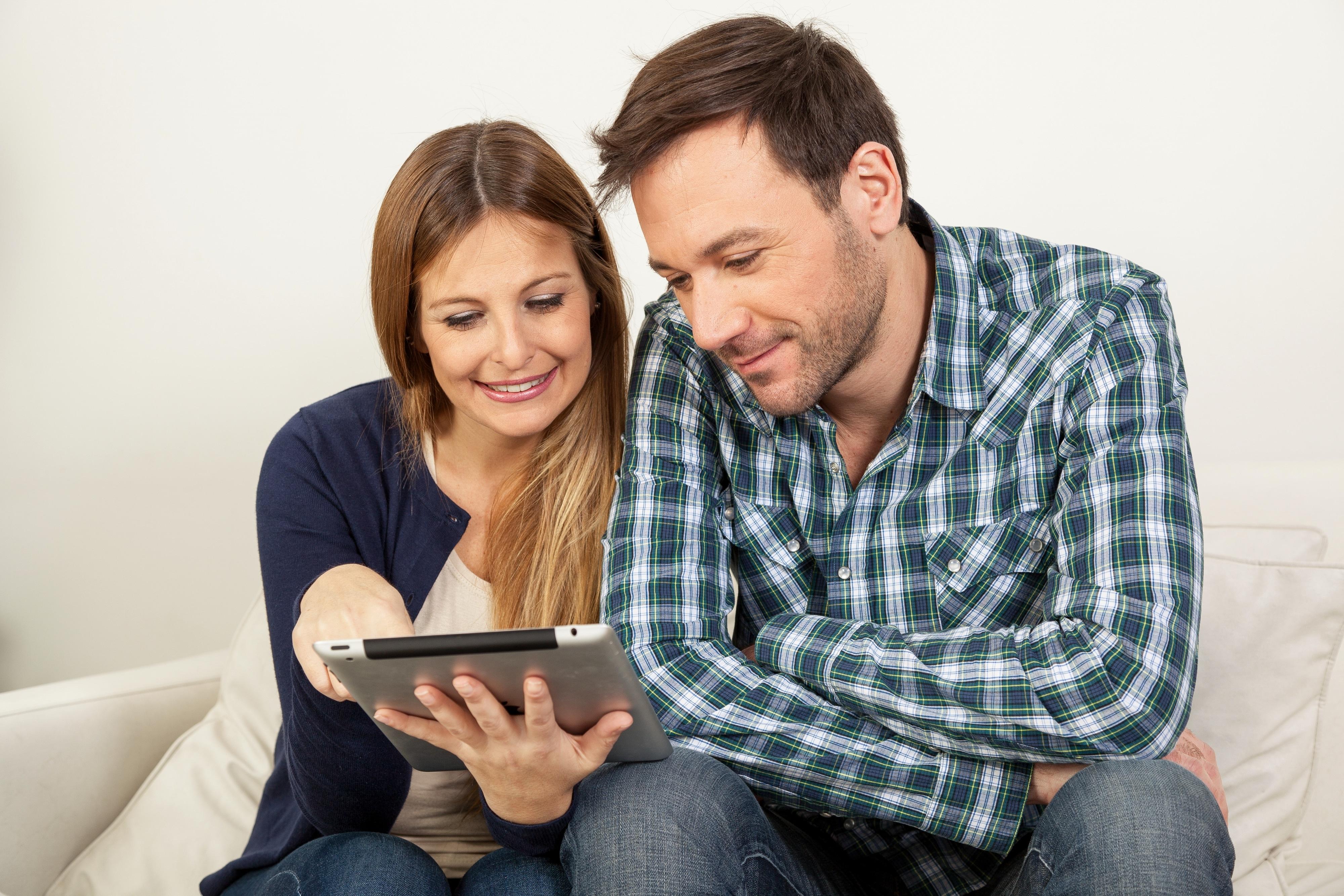 Casal feliz usando um iPad