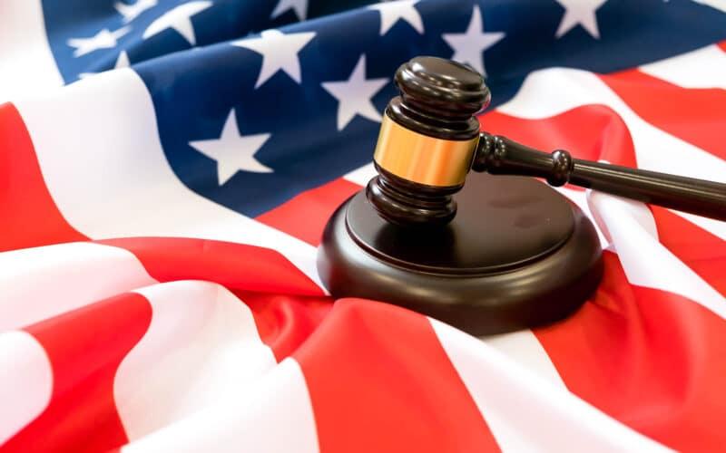 Bandeira dos EUA com um martelo de juiz