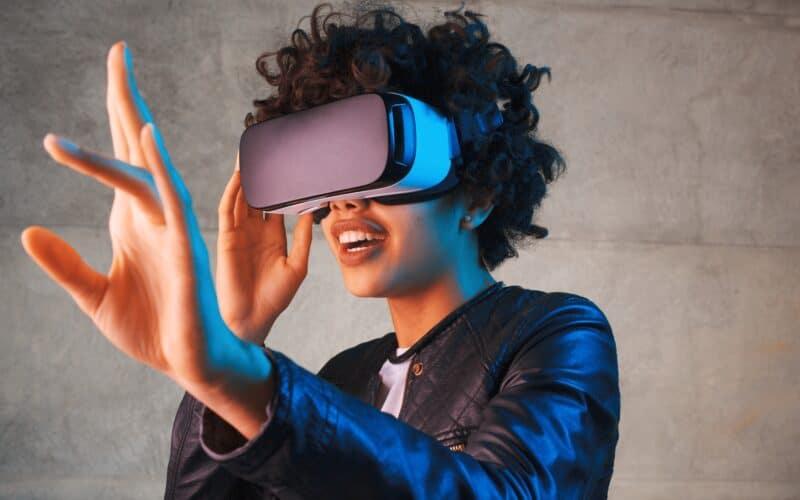 Mulher jogando com headset de AR