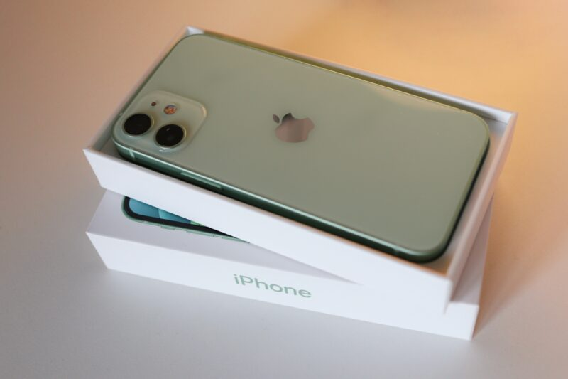 iPhone 12 mini verde sobre a sua caixa