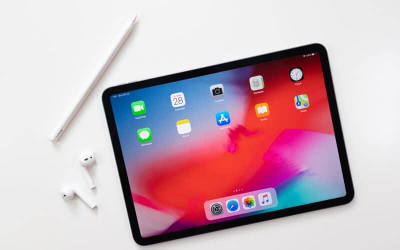 iPad Pro com AirPods e Apple Pencil
