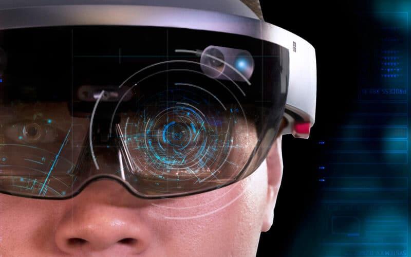 Homem com óculos futurístico de realidade virtual
