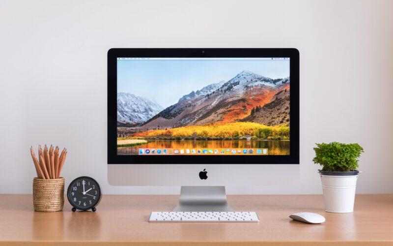 iMac sobre linda mesa