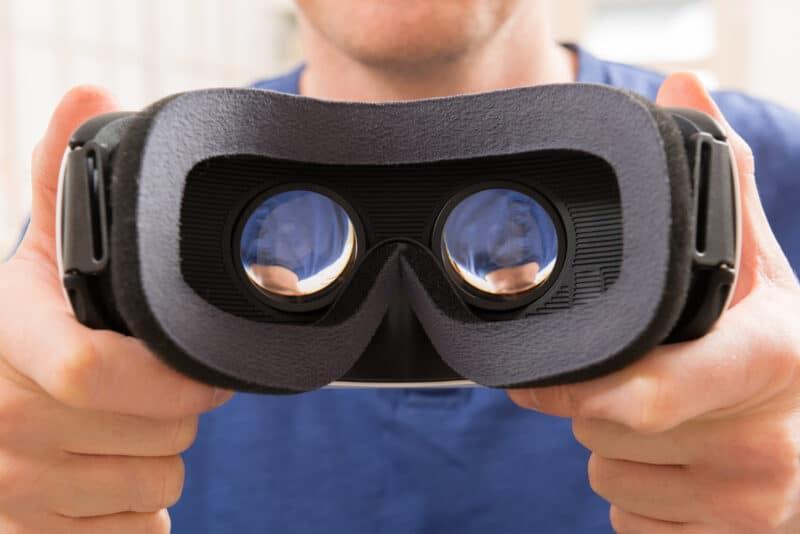 Homem segurando headset de realidade aumentada