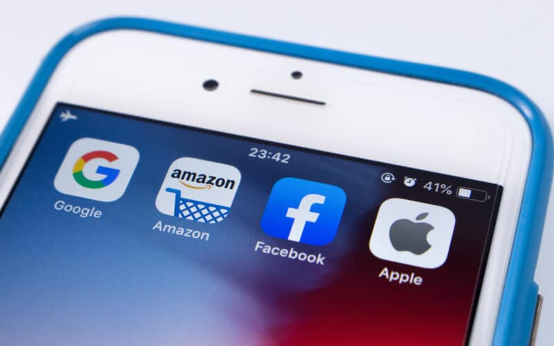 Ícones do Google, da Amazon, do Facebook e da Apple em iPhone