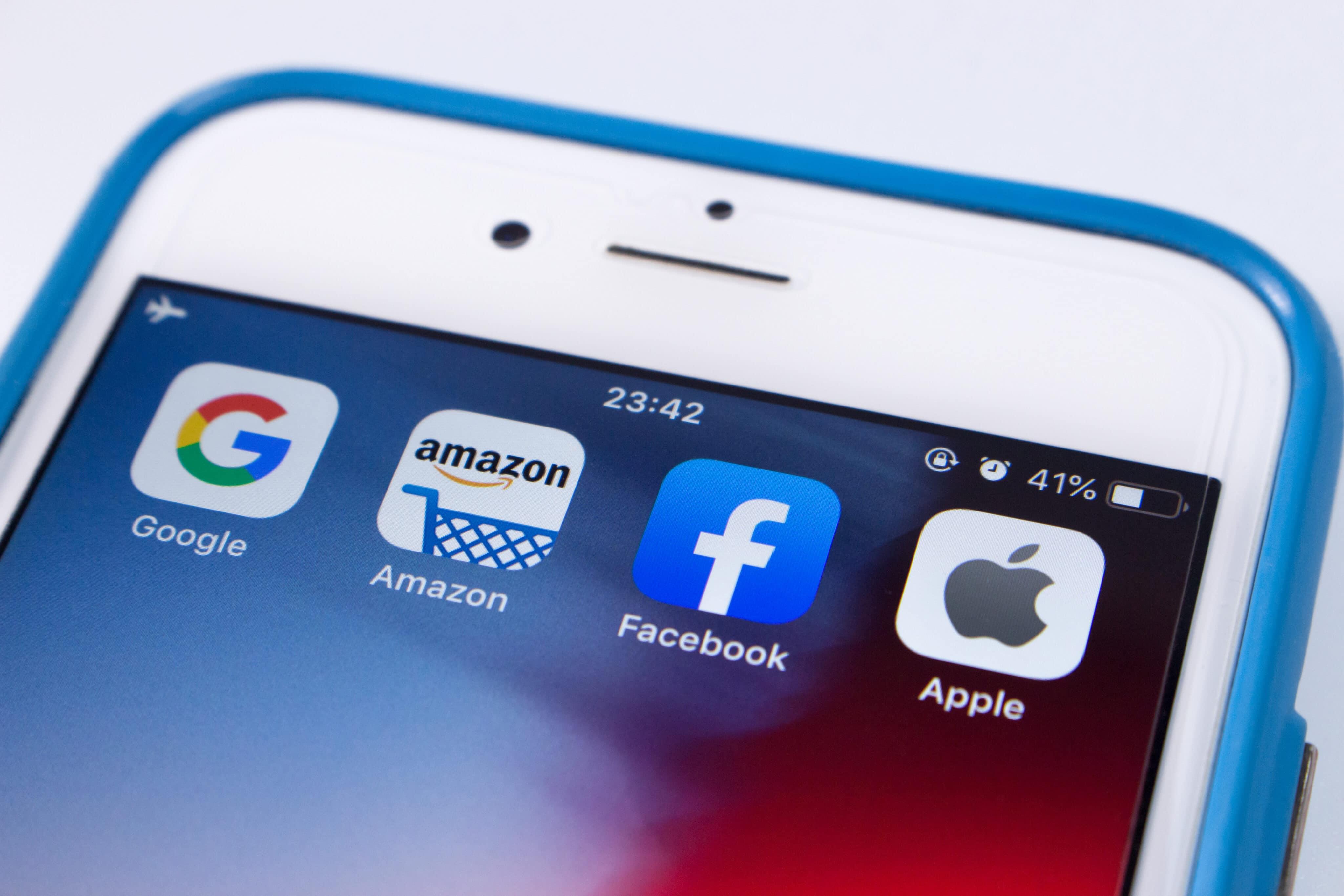 Ícones do Google, da Amazon, do Facebook e da Apple em iPhone