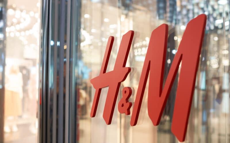 Logo da H&M em loja