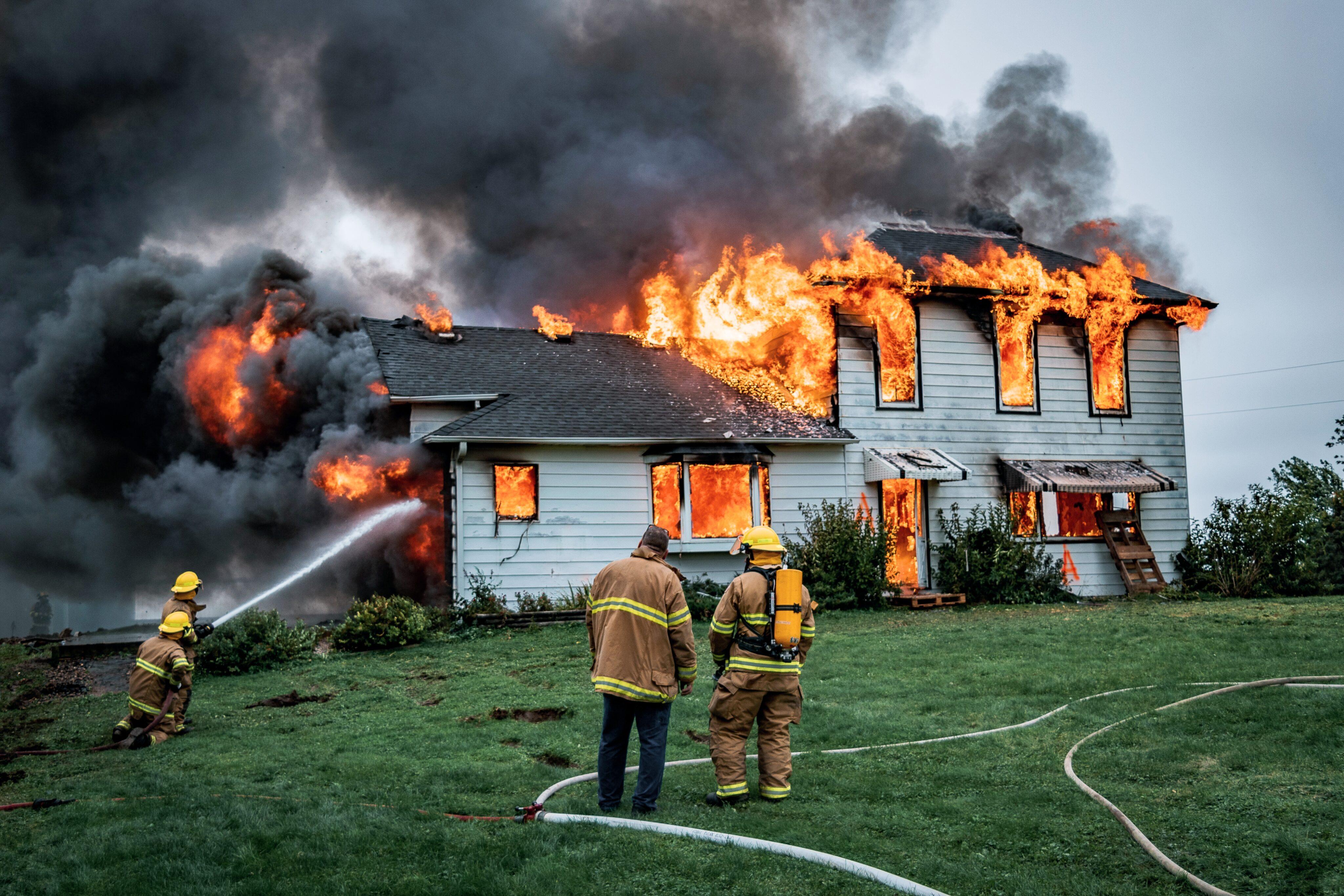 Casa pegando fogo (incêndio)